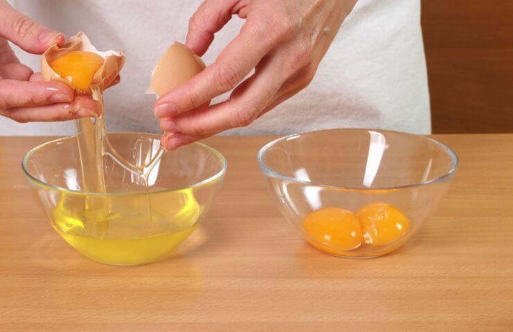 Slår æg ud