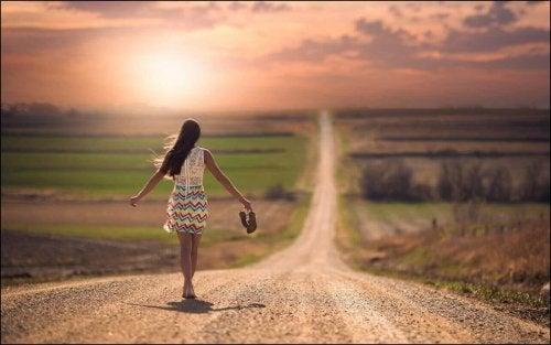 Kvinde går på vej