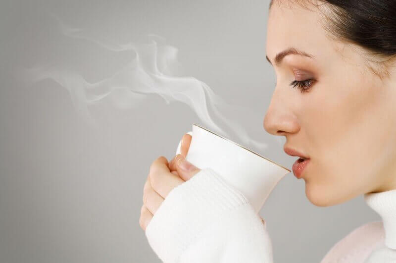 Kvinde drikker te