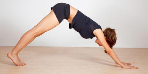 Yogastillingen nedadvendt hund