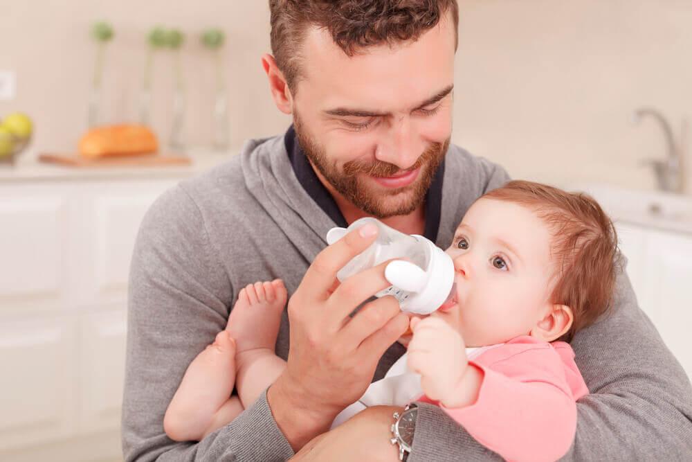 Mand fodrer baby