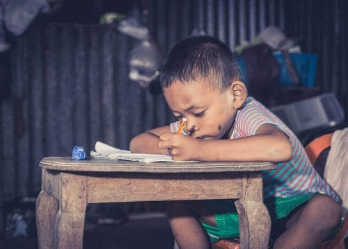 Lille barn laver lektier