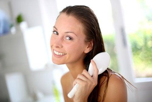 Kvinde børster hår