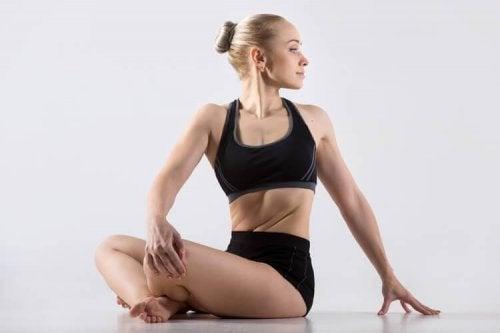 Halvspiralen er nem at udføre og er en god øvelse mod nakkespændinger