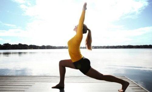 Krigerstillingen er endnu en effektiv yogastilling der giver dig energien tilbage
