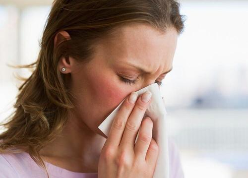kvinde der har en forkølelse