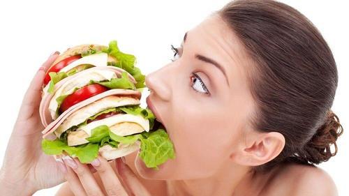 kvinde der spiser for meget som følge af at springe morgenmaden over