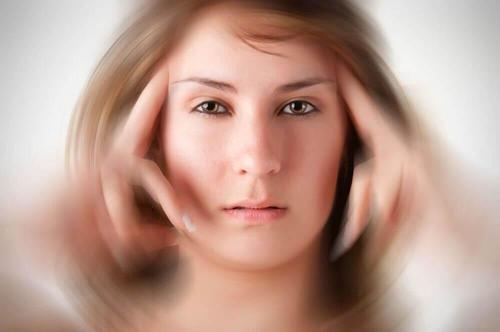 kvinde med tunnelsyn der vil lindre migræne