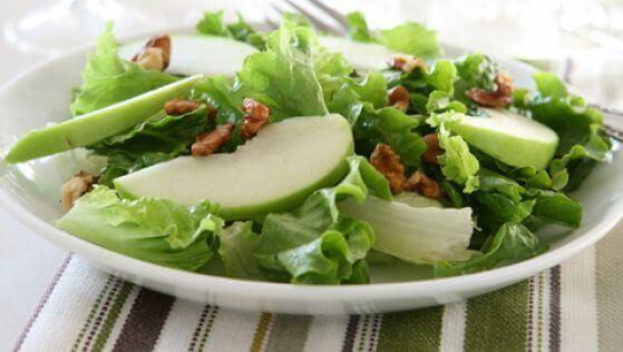 Lækker salat med grønne æbler og selleri