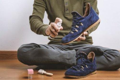 mand rengør sine sko
