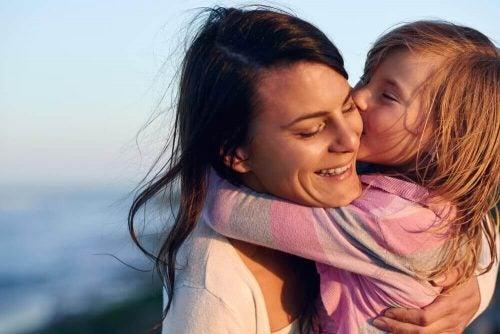Mor der holder sit barn. hvis dit barn bliver væk