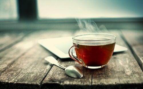 En kop te på en træbænk