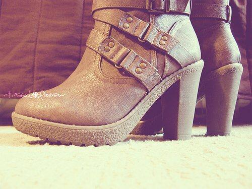Det er en god idé at starte med en bred hæl, når du skal lære at gå i høje hæle