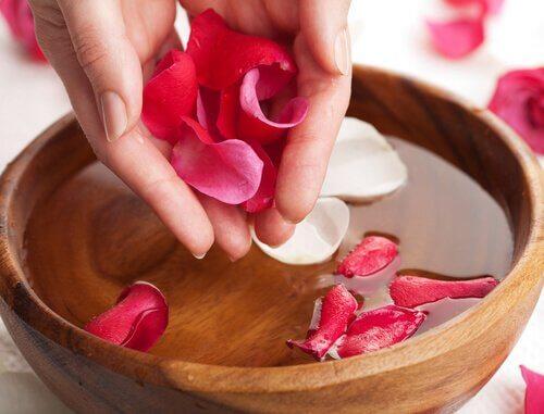 naturlig toner med rosenvand