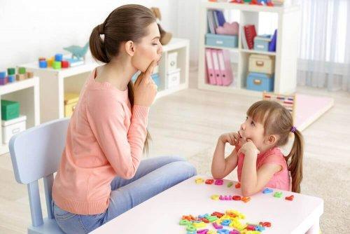 Du kan lave øvelser, der fremmer tale hos børn