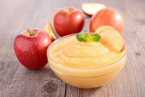Æblesaucens milde smag gør den velegnet som tilbehør til svinekam med blåskimmelost