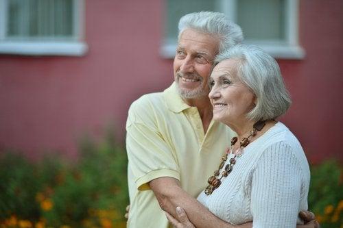 Vi aldres forskelligt - en ældre mand og kvinde omfavner