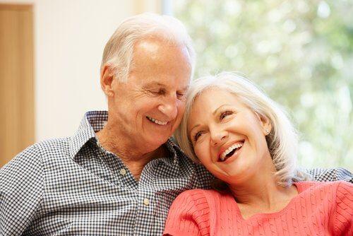 ældre par smiler og kvinden ser yngre ud