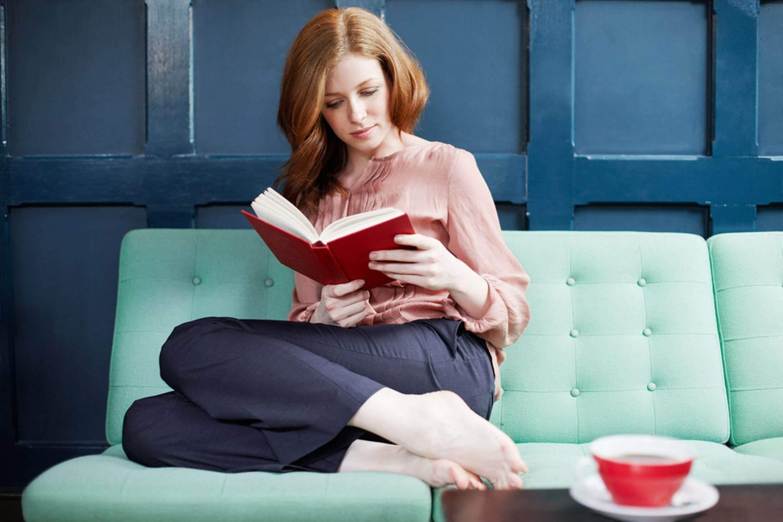 Kvinde læser i rød bog