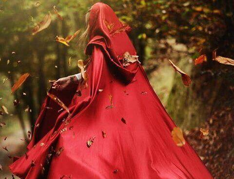 Kvinde i rødt tøj