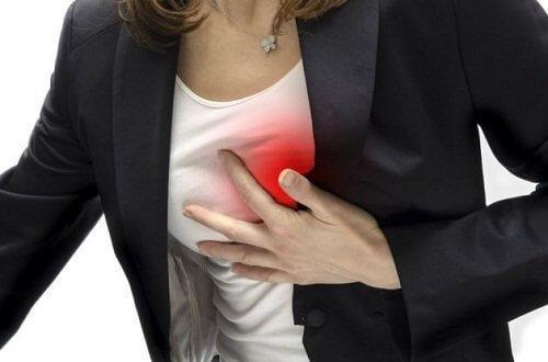 Smerter i brystet kan være et symptom på forhøjet kolesterol