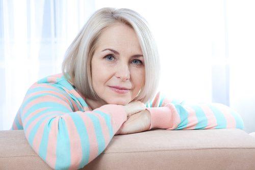 ældre kvinde har problemer med kvaliteten af sin søvn