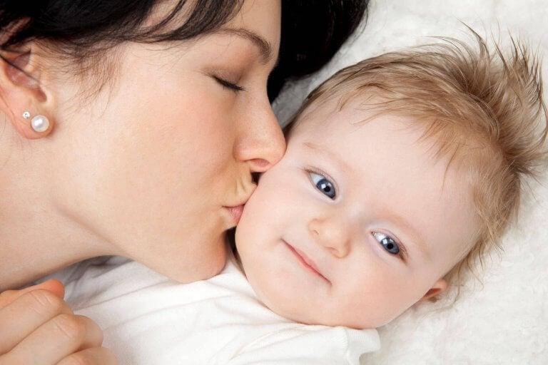 Enlig mor kysse baby godnat