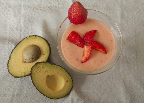 Lav lækre smoothies med avocado og bær