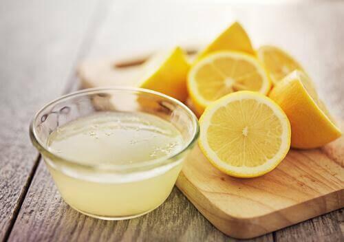 Citronsaft hjælper med at rense og bekæmpe urenheder i tarmene