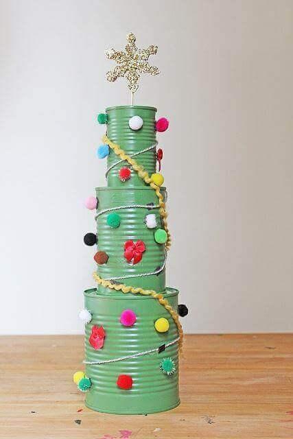 Juletræ af genbrugte dåser
