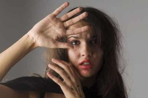 5 tegn på, at din veninde er fanget i et voldeligt forhold