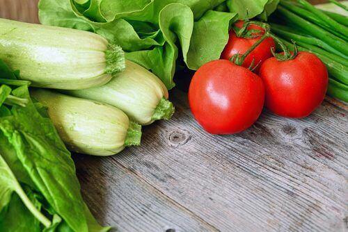 tomater og selleri er en af de bedste grøntsager til ophobet væske