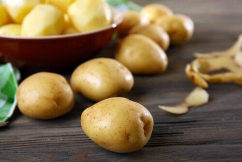 kartofler til at eliminere mørke rande