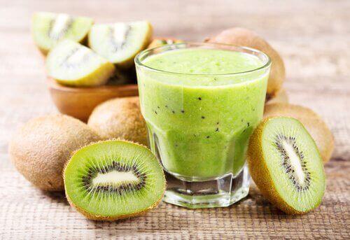 En kiwi og appelsin smoothie