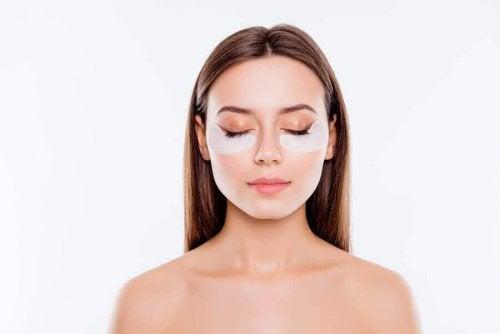 Sådan kan du dække poser under øjnene med makeup