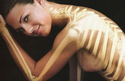 kvinde med svage knogler og led har brug for mælkebøttedrik