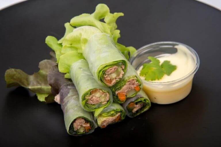 Tre lækre salat-wraps med grøntsager og frugt
