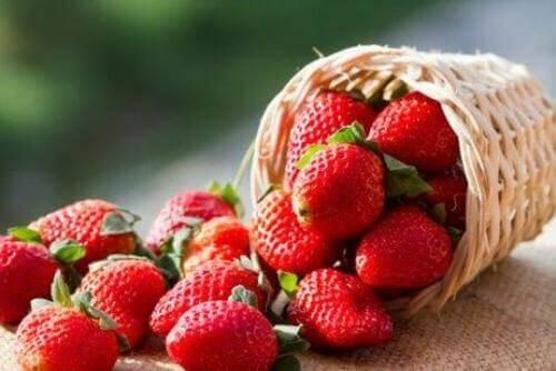 At tilsætte jordbær til din mandarin mojito giver en mere intens smag