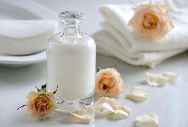 Flaske mælk med rosenhoveder, få den dårlige lugt ud af håndklæder