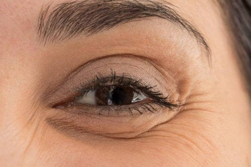 Du kan dække poser under øjnene med make-up