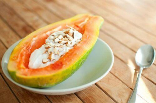 Papaya med mandler er et sundt morgenmåltid mod fibromyalgi