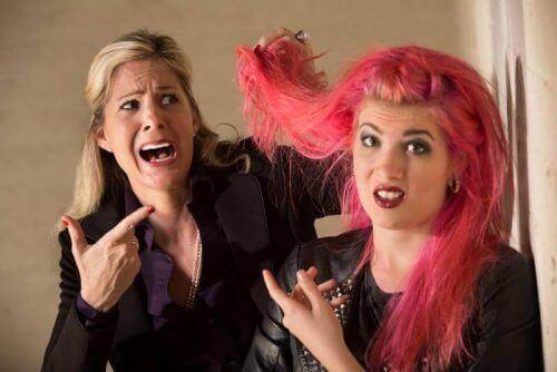 pink hår på teenager