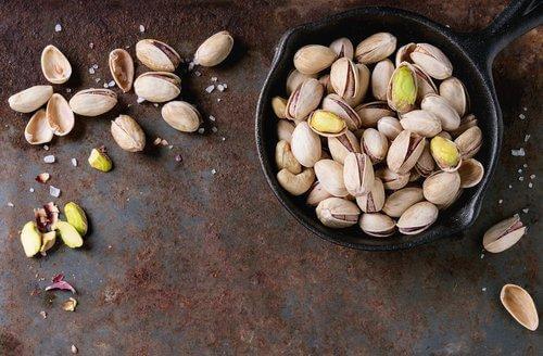 Spis nødder som en snack mellem måltider