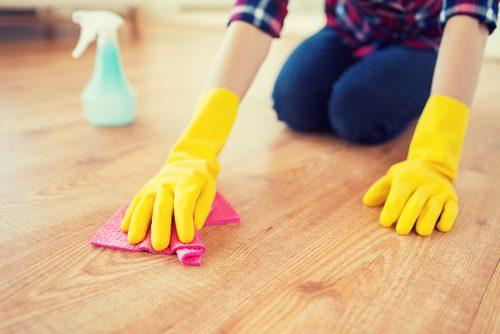 Rengøring med gule gummihandsker på