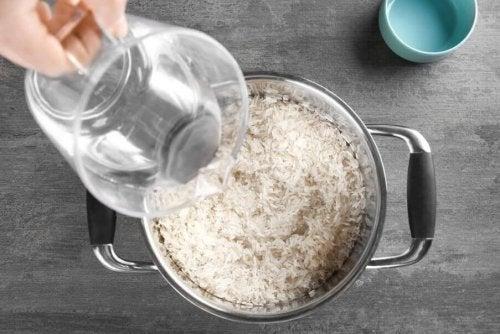 Paella kan laves med hvide eller brune ris