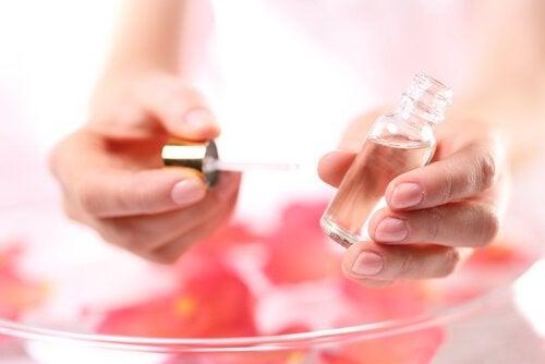 rosen-olie - fjern akne med æteriske olie