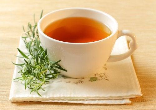 Løft din barm med en kop med rosmarin-te