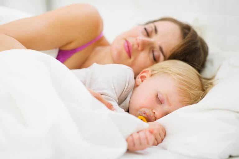 Sådan lærer du en baby at sove hele natten igennem