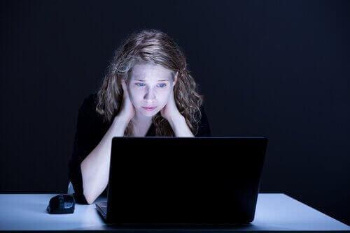 pige oplever dårligt selvværd på grund af online mobning
