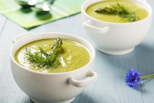 Cremet aspargessuppe kan serveres enten som forret og en let hovedret